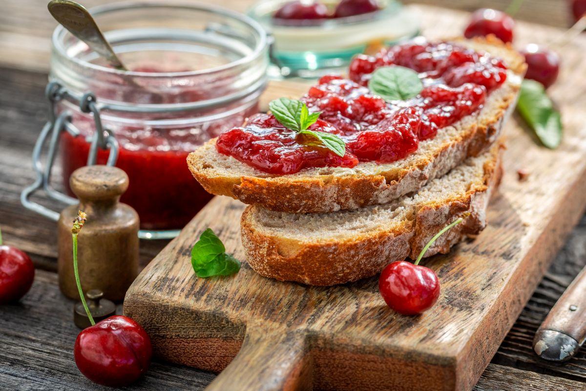 Marmellata di ciliegie: deliziosa sul pane