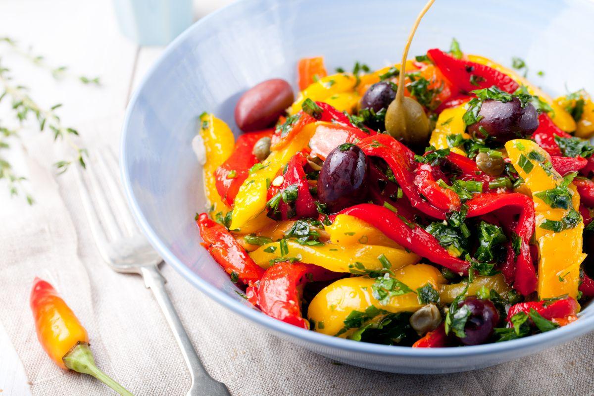 peperoni al forno: aggiungi olive e capperi