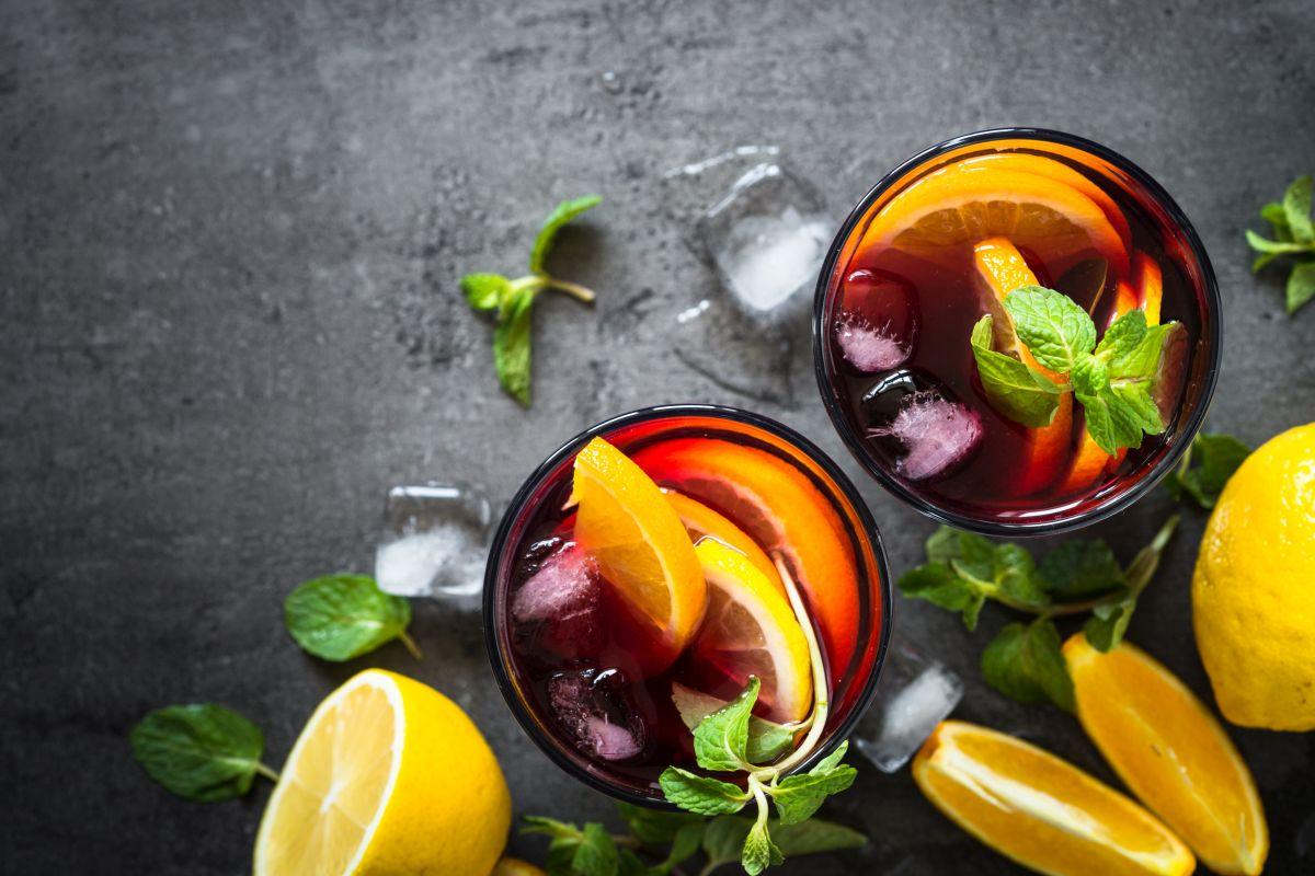 Sangria: frutta, vino, zucchero in un mix delizioso