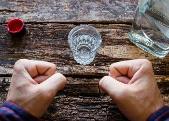 alcolismo: cos'è, cause, sintomi, conseguenze per la salute e come curarsi