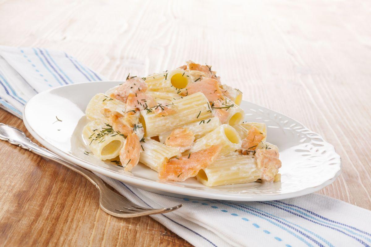 ricette con salmone: riso venere con salmone, piselli e porri