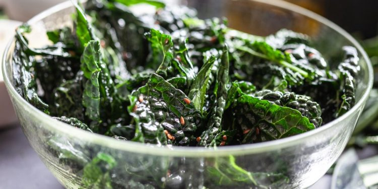 Chips di cavolo nero: un contorno delizioso e leggero