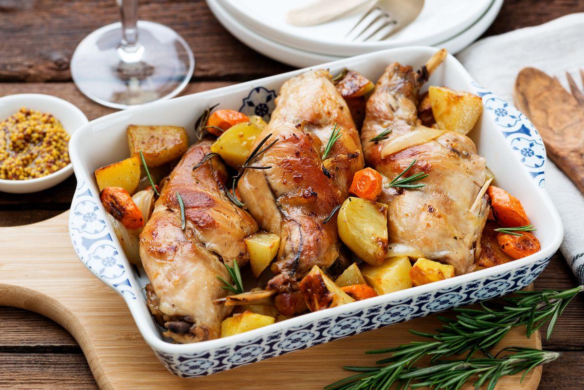 coniglio al forno: con le patate, un piatto completo
