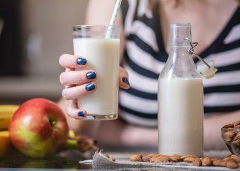latte di mandorla: cos'è, proprietà e calorie, come farlo in casa, usi in cucina e cosmesi