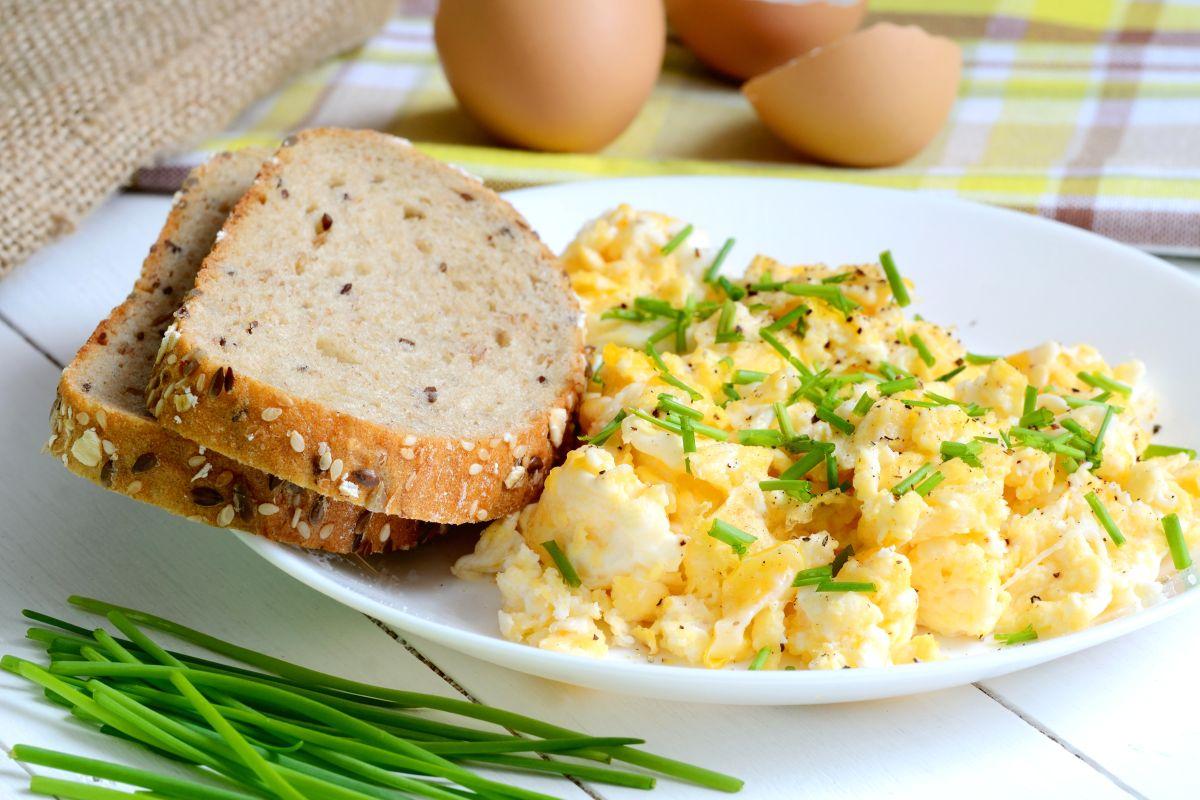 Uova strapazzate, servile col pane integrale