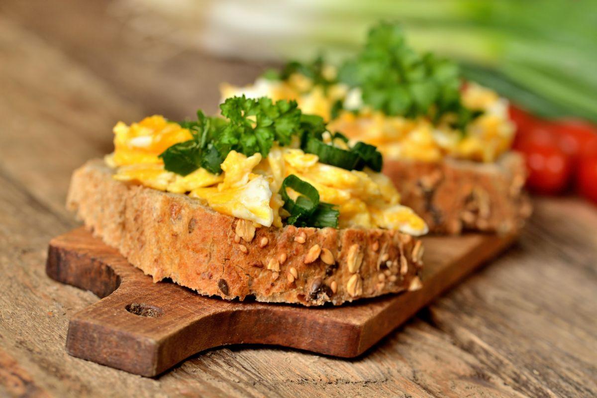 Uova strapazzate, deliziose anche sul pane integrale
